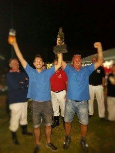 De winnaars Harold Peters & Brian Arntz met de trofee